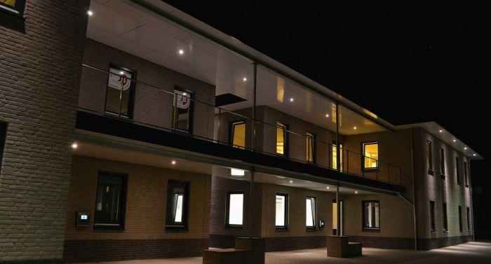 Bedrijfsverzamelgebouw met led uplights verlicht