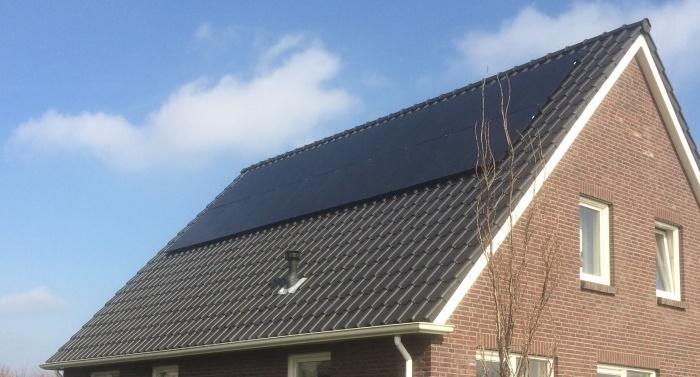dak voorzien van zonnepanelen