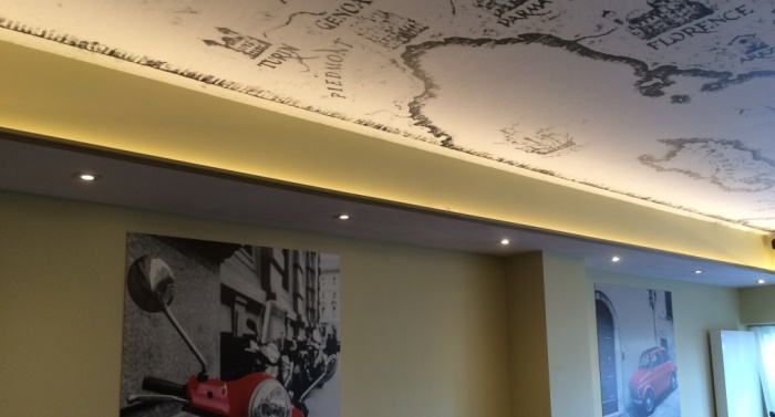 Sierlijke plafondverlichting in restautant