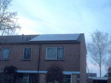 Zonnepanelen geplaatst op schuun dak in valthermond